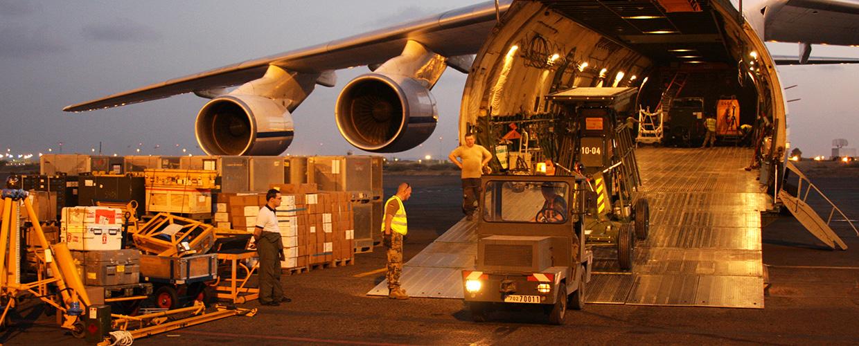 Soldaten entladen ein Flugzeug