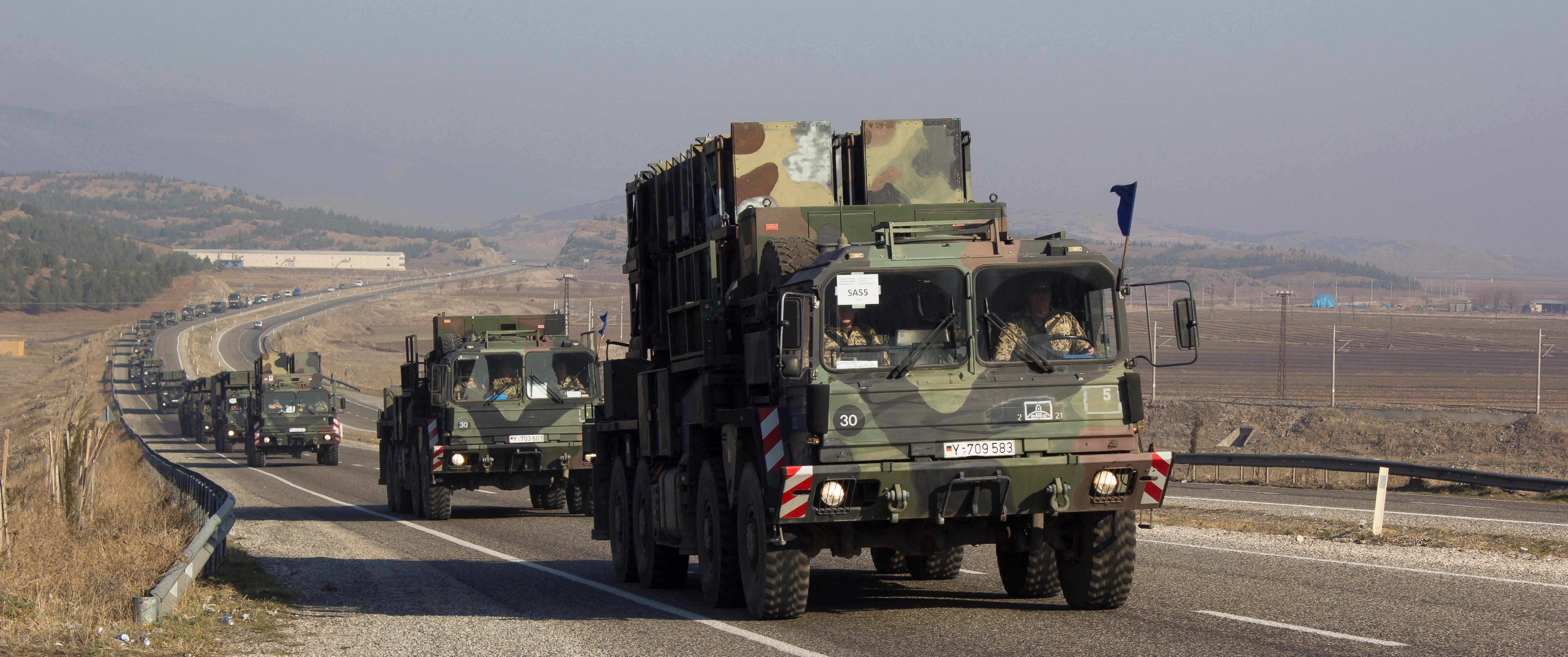 Straße mit einem Konvoi an Militär-Fahrzeugen