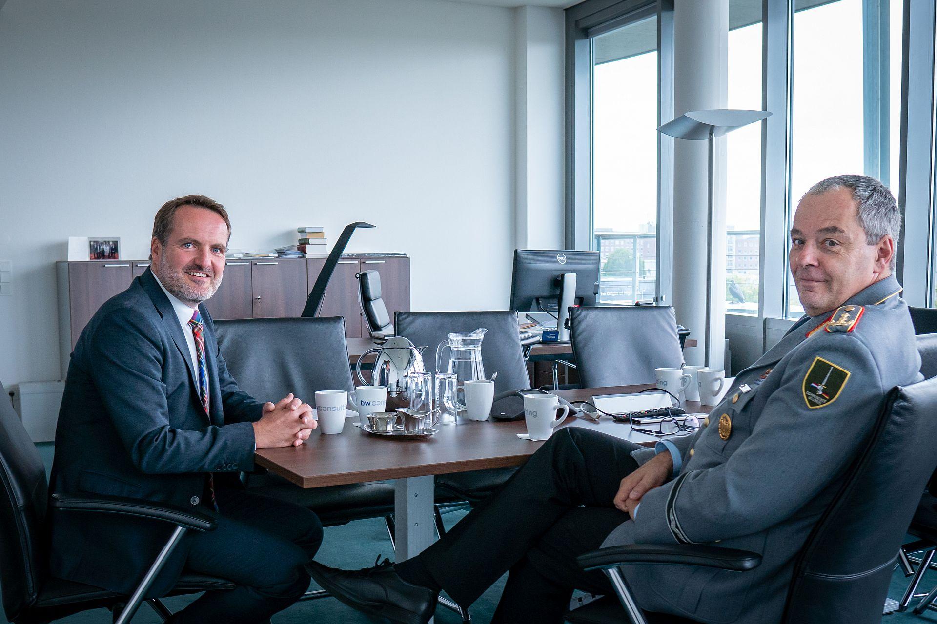 Generalleutnant Mais im Austausch mit BwConsulting-CEO Philip von Haehling
