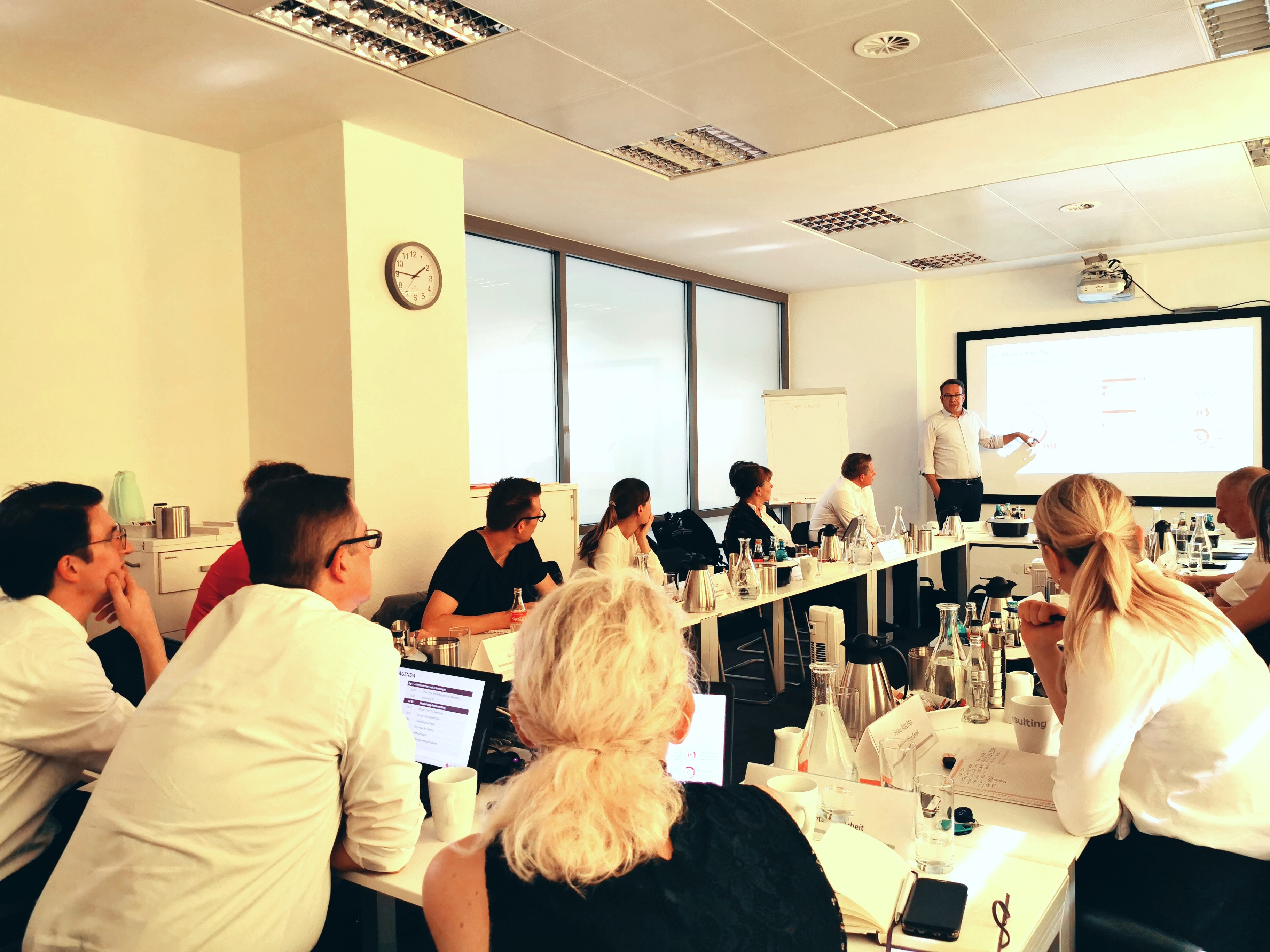 Die Teilnehmer hören einem Vortrag zu