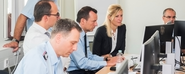 Mehrere Personen sitzen vor Computern