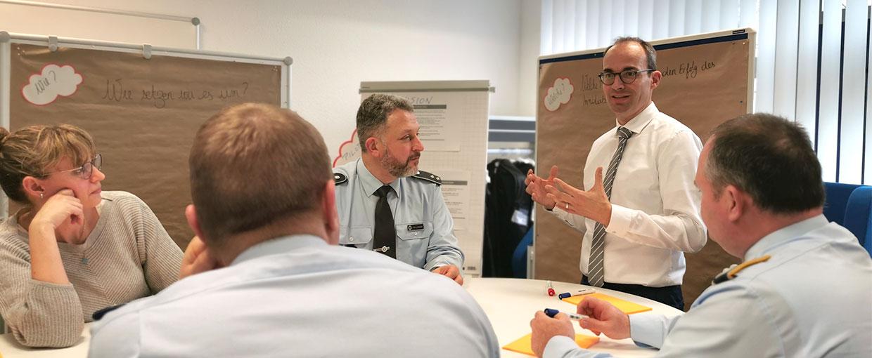 Daniel Bitter in der Diskussion mit den Teilnehmern