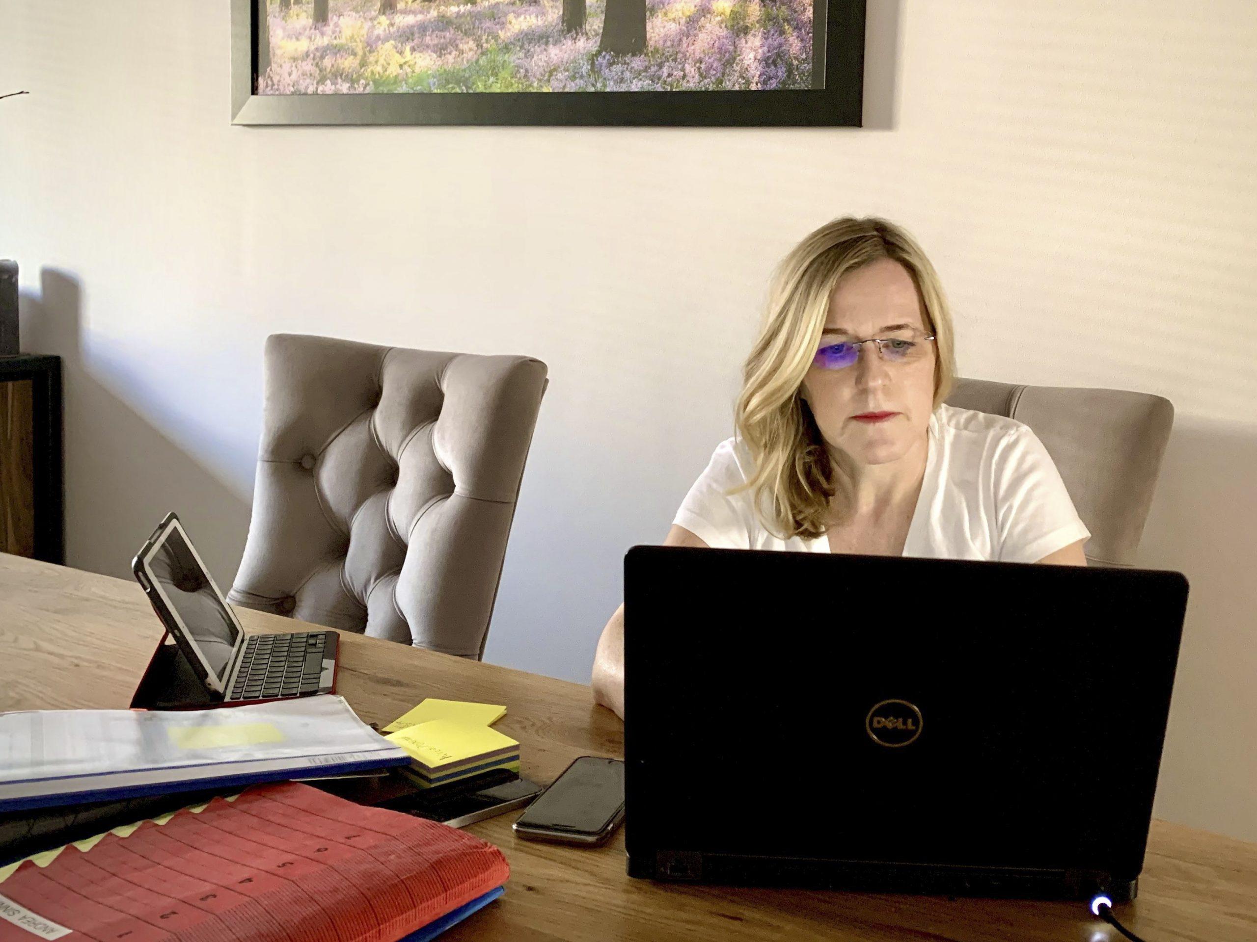 Andrea Burmester sitzt am Esstisch und arbeitet