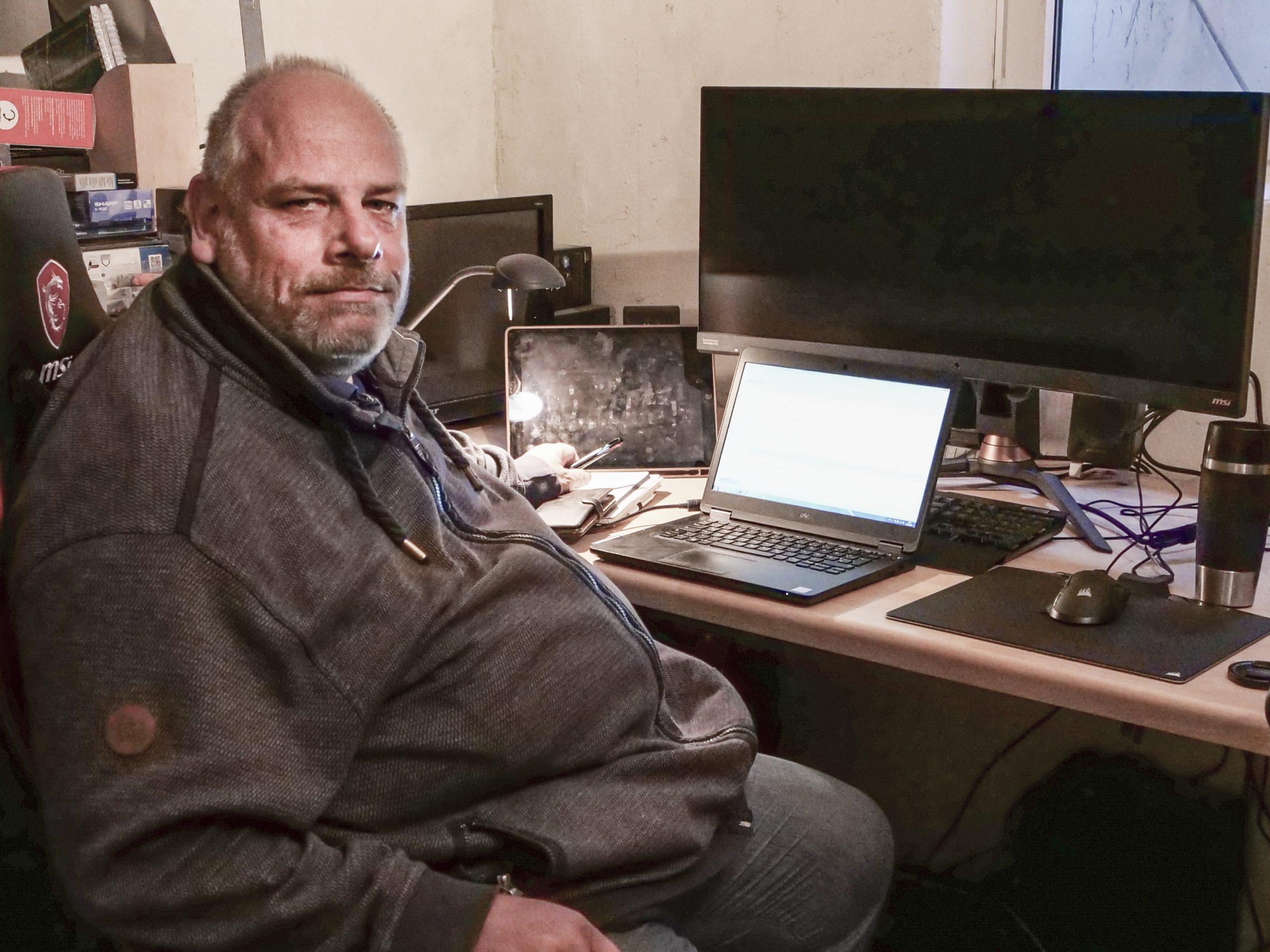 Kai Schmidt sitzt im Hofmeoffice am Schreibtisch