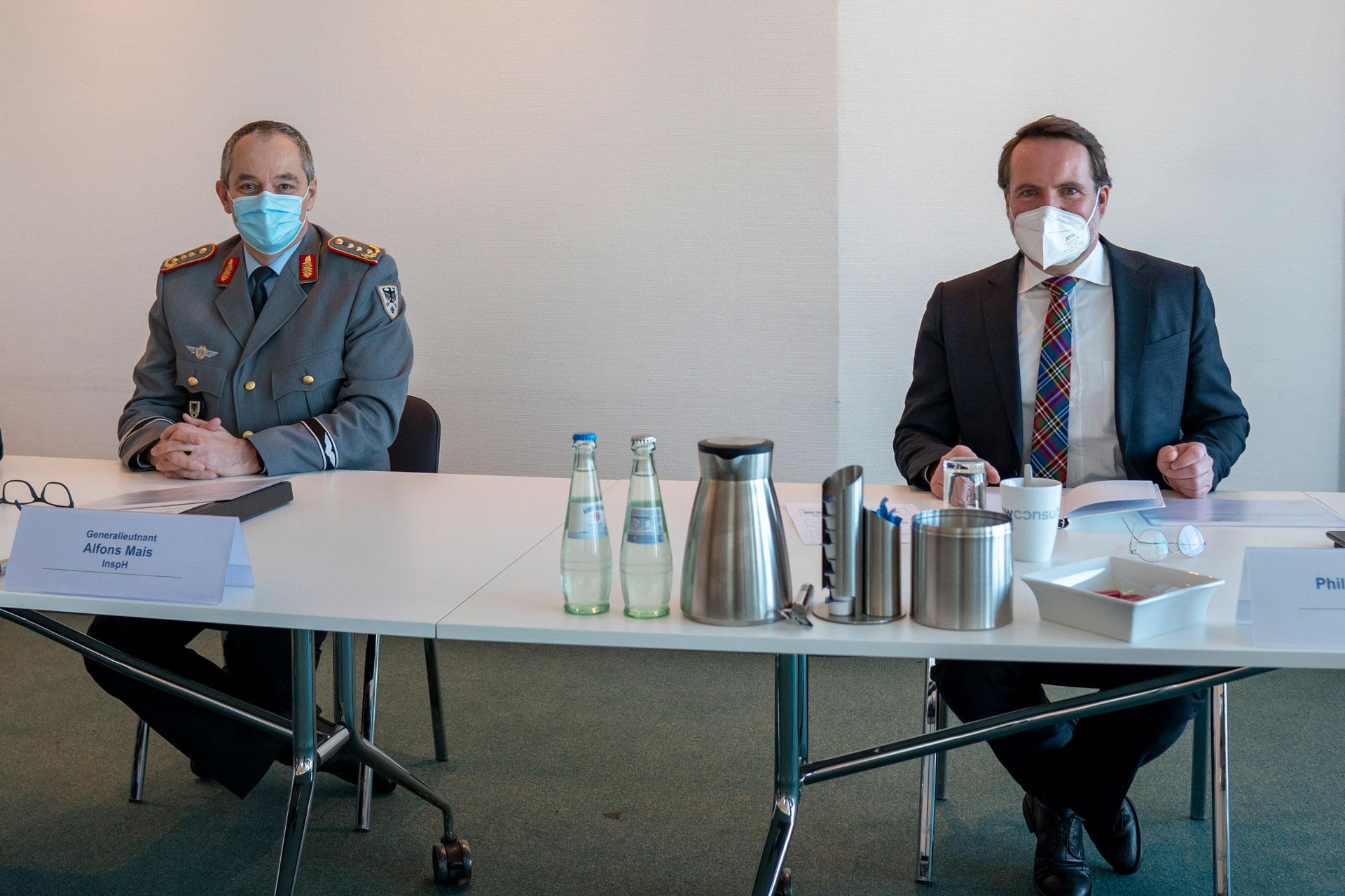 Generalleutnant Alfons Mais (links) und BwConsulting-Geschäftsführer Philip von Haehling