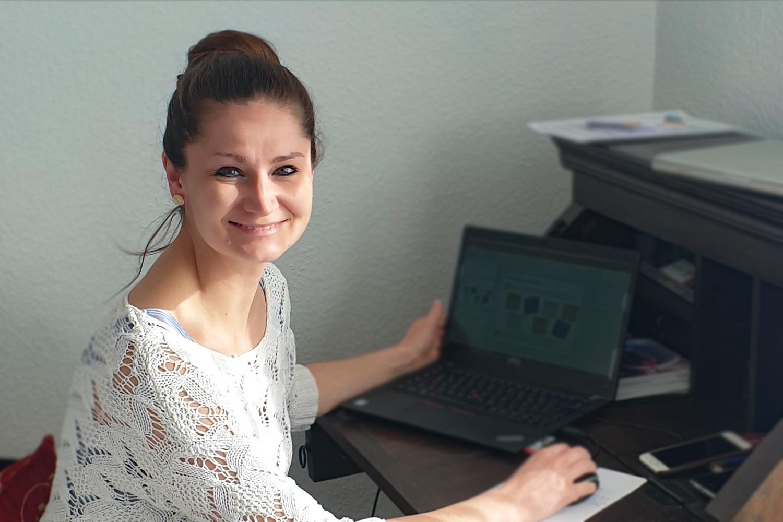 Katharina Wolf am Schreibtisch im Homeoffice