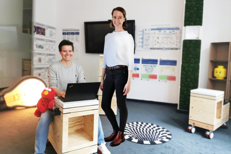 Dr. Dorothee Wulfert-Markert, sitzend, und Nica Zlonicky , stehend, im Touchpoint Agilität.